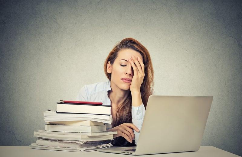 Müde am Laptop: Die Erstellung eines Online-Kurses mehr Zeit als viele Trainer oder Coachs denken