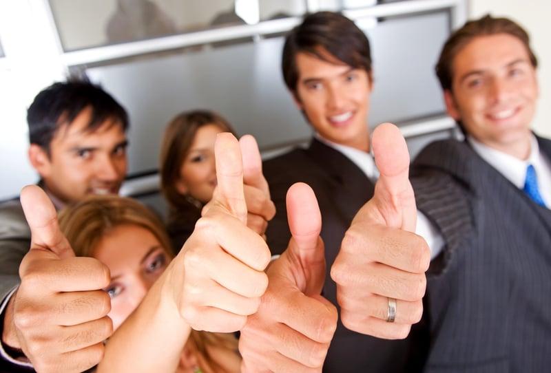 Menschengruppe zeigt Daumen hoch: Erfolgreiche Teilnehmer im Blended Learning