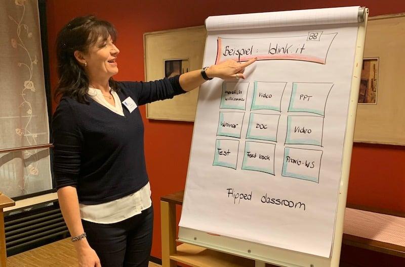 Auch Plattformen für Blended Learning waren ein Thema in der Lernwerkstatt: Heike Molin teilt ihre Begeisterung für blink.it mit den Trainerkollegen.