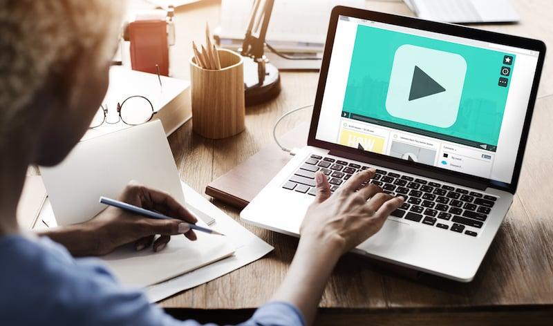 Screencast-Videos im Online-Kurs vermitteln komplexe Abläufe einfach und verständlich.