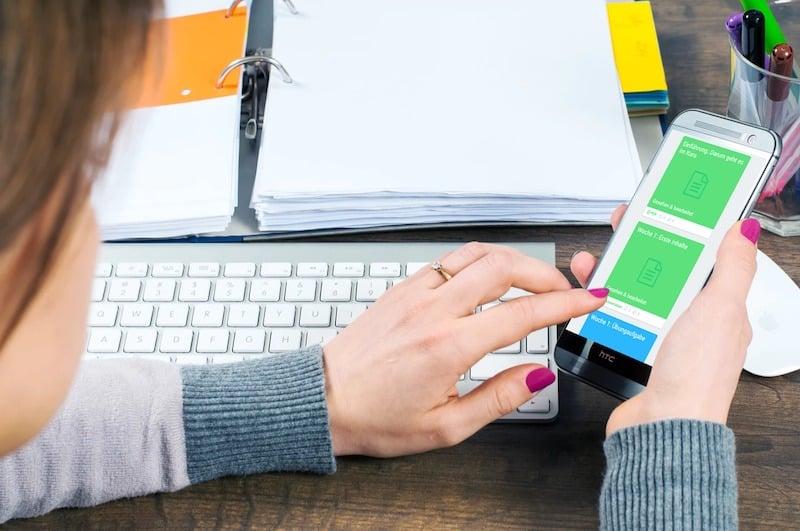 Learning on demand: Mitarbeiter können bei Unklarheiten direkt in der Wissenssammlung auf einer Onlineplattform nachschlagen.