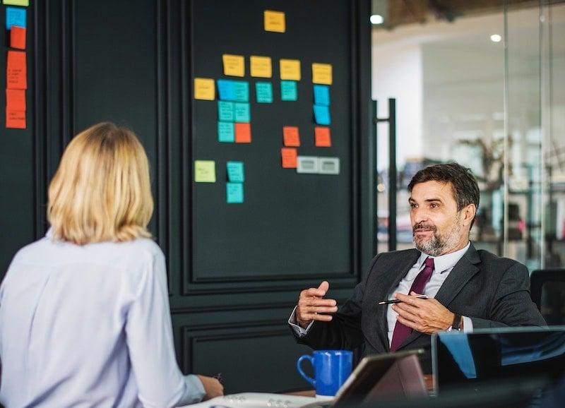 Soft Skills werden immer wichtiger: Zwei Kollegen im Gespräch