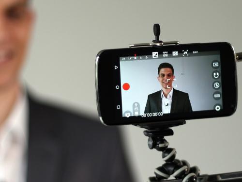 Mann filmt sich mit Handy: Einfach Videos mit dem Smartphone drehen